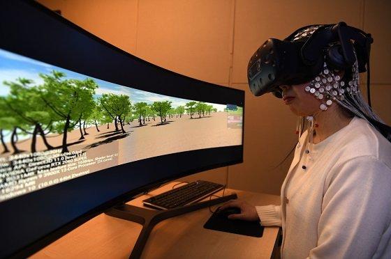 한국표준과학연구원에서 개발한 '사이버 멀미 표준 영상'으로 뇌파 측정 실험을 진행하고 있는 모습/사진=표준硏