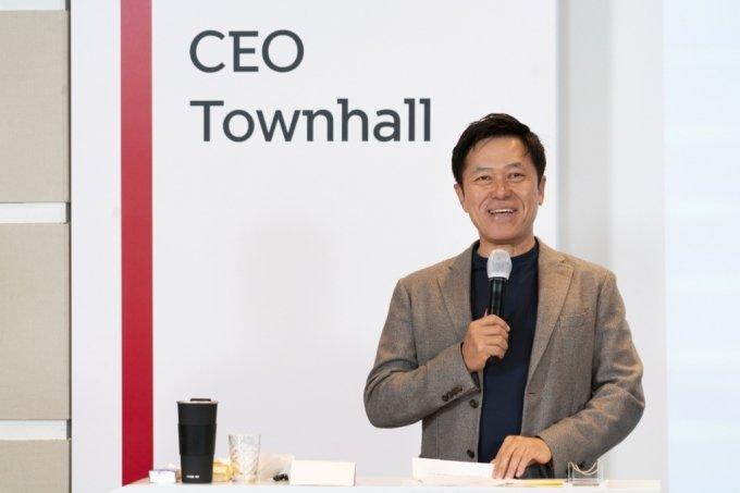박정호 SK텔레콤 CEO가 14일 타운홀 미팅에서 임직원들에게 지배구조 개편 방향을 설명하고 있다/사진=SKT