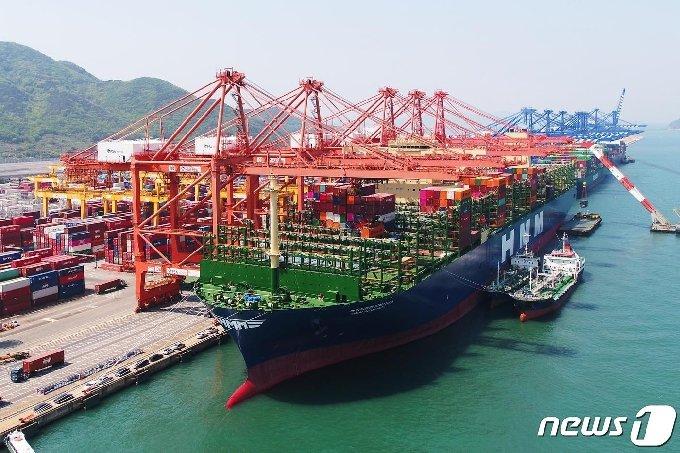 지난달 4월 23일 명명식을 가진 세계 최대 크기의 컨테이너 선박'HMM 알헤시라스호'가 출항에 앞서 부산신항에서 컨테이너를 선적하는 모습(한국해양진흥공사제공)© 뉴스1