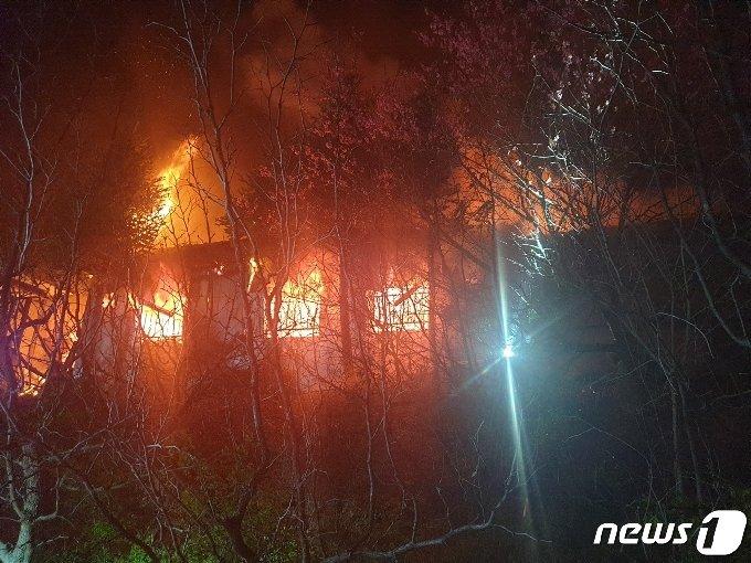 15일 오전 3시56분쯤 충북 음성군 음성읍 삼생리의 한 주택에서 하목보일러 부주의로 보이는 불이 나 소방서 추산 200만원의 재산 피해가 났다. 사진은 주택 화재 모습.(음성소방서 제공)2021.4.15/© 뉴스1