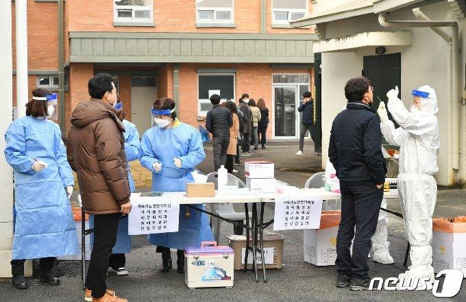 전남 담양군직원들이 코로나19 검사를 받는 모습.(담양군 제공)2020.12.29/뉴스1 © News1 박영래 기자