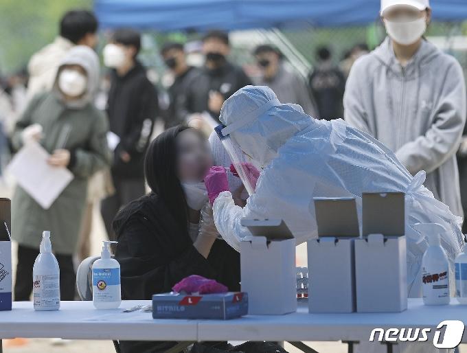 [사진] 코로나 검사받는 학생들
