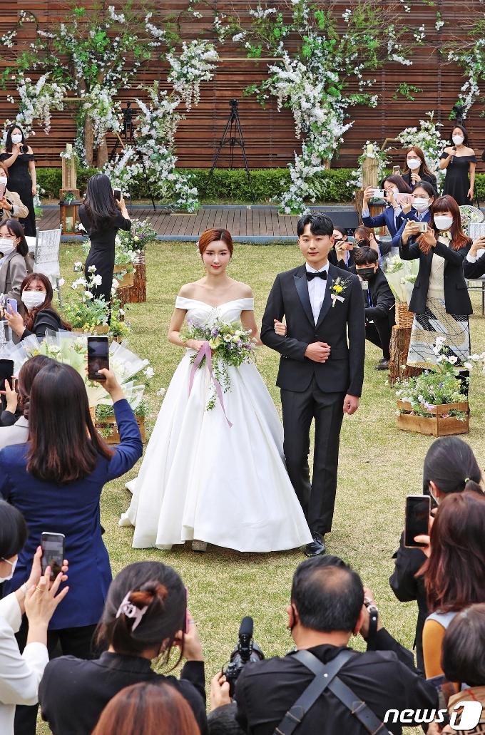 [사진] 예비부부 인기 얻는 야외 결혼식