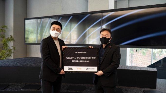 정상언 바디버든프로젝트 대표(왼쪽)와 김태우 한국유방건강재단 국장이 '유방암 인식 향상 캠페인' 및 기부 협약과 관련해 사진을 촬영하고 있다. /사진=디밀 제공