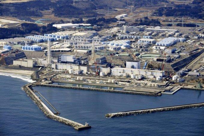 [도쿄=AP/뉴시스]스가 요시히데 일본 총리가 13일 도쿄에서 열린 각료회의 후 후쿠시마 원전 방사성 물질 오염수의