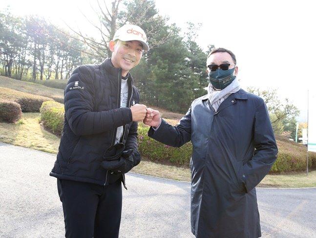 KPGA 코리안투어 선수회 대표 홍순상(왼쪽)과 KPGA 구자철 회장. /사진=KPGA