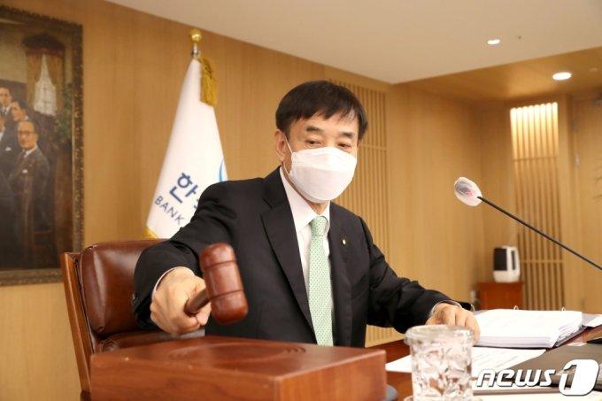 (서울=뉴스1) = 이주열 한국은행 총재가 15일 오전 서울 중구 한국은행에서 열린 금융통화위원회 본회의를 주재하며 의사봉을 두드리고 있다.   이날 기준금리를 현행 0.50%로 동결했다. (한국은행 제공) 2021.4.15/뉴스1