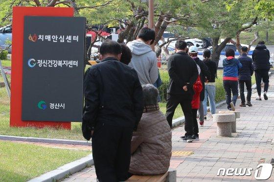 (경산=뉴스1) 공정식 기자 = 15일 오전 경북 경산시보건소에 마련된 선별진료소 앞에서 시민들이 코로나19 진단검사를 받기 위해 길게 줄지어 차례를 기다리고 있다. 2021.4.15/뉴스1