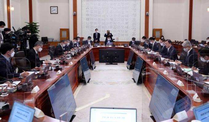 기업인들과 '경제 국무회의' 연 文대통령