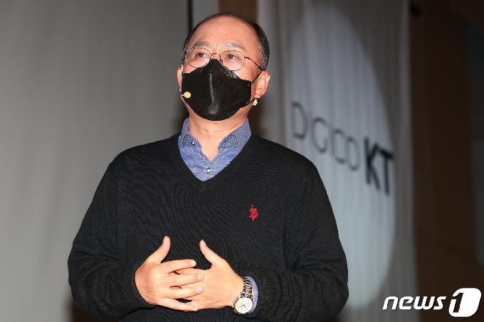 '자회사 골프회원권 사용' 혐의 강국현 KT사장, 경찰 조사