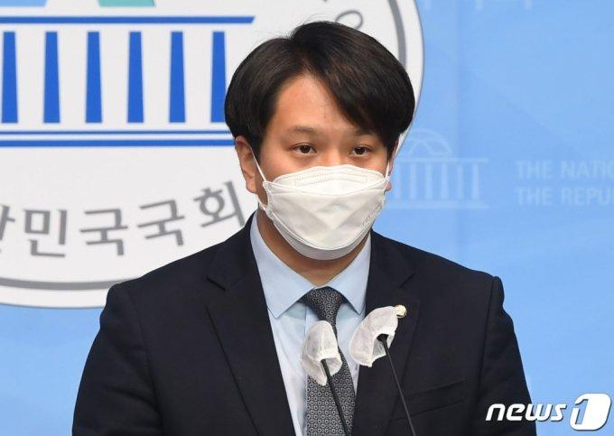 (서울=뉴스1) 박세연 기자 = 전용기 더불어민주당 의원이 9일 오전 서울 여의도 국회 소통관에서 '더불어민주당 2030의원 입장문' 발표를 하고 있다. 2021.4.9/뉴스1