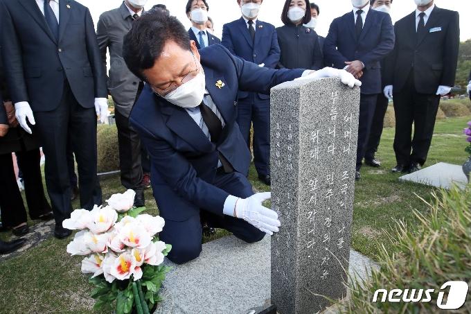 [사진] '고교 동창' 전영진 열사 묘역 찾은 송영길
