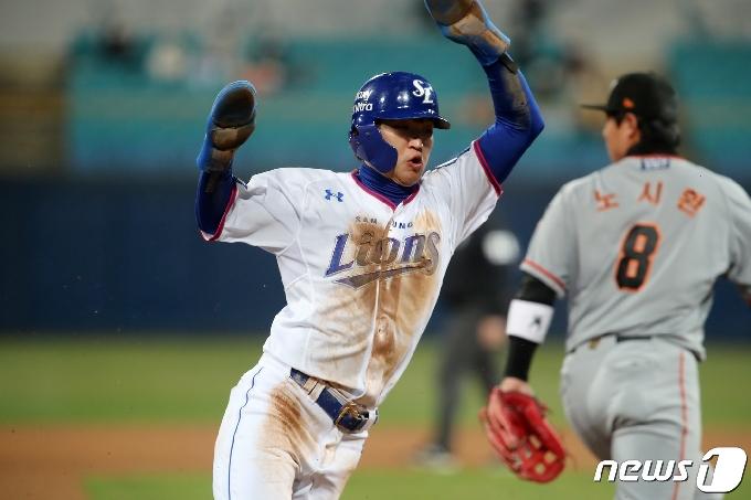 [사진] 박해민 홈으로 '비켜주세요'