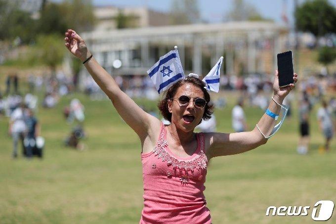 마스크를 벗은 채 공원에 나온 예루살렘 주민 © 로이터=뉴스1