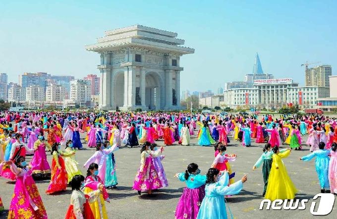 [사진] 김일성 생일 맞아 경축 무도회 펼치는 북한 여맹