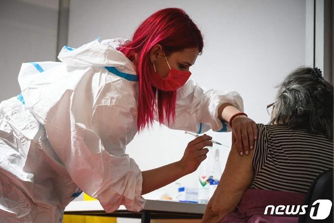 백신 효과? 유럽 노인층 코로나 사망률 사상 최저-WHO