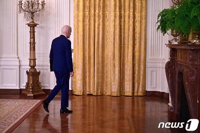 [사진] 러시아 제재 발표 연설 마치고 떠나는 바이든