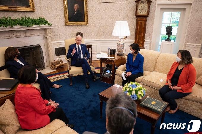 [사진] 아시아계 의원 모임 집행위원들 만나는 바이든