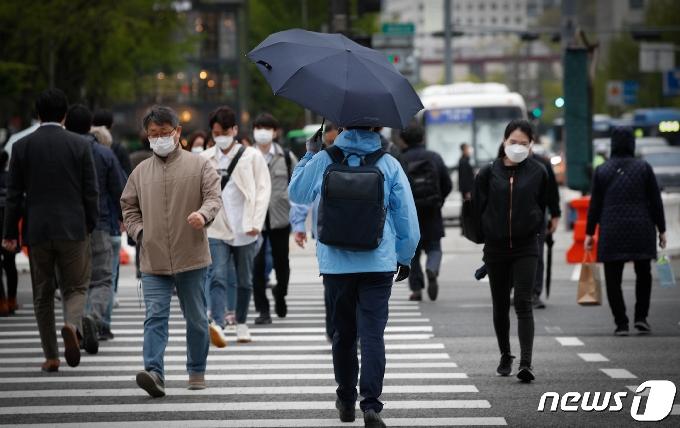 [사진] '일단 우산쓰고'