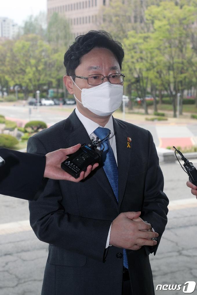 [사진] 취재진 질문에 답하는 박범계 장관