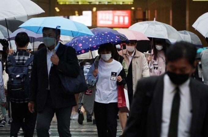 일본 오사카시 기타구에서 시민들이 마스크를 쓴 채 횡단보도를 건너고 있다./사진=로이터