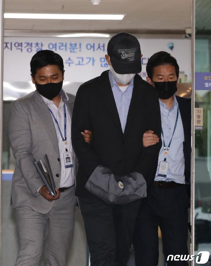 [사진] 유치장 나서는 공무원 A씨