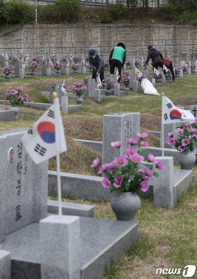 [사진] 61주년 기념식 준비 들어간 4.19민주묘지