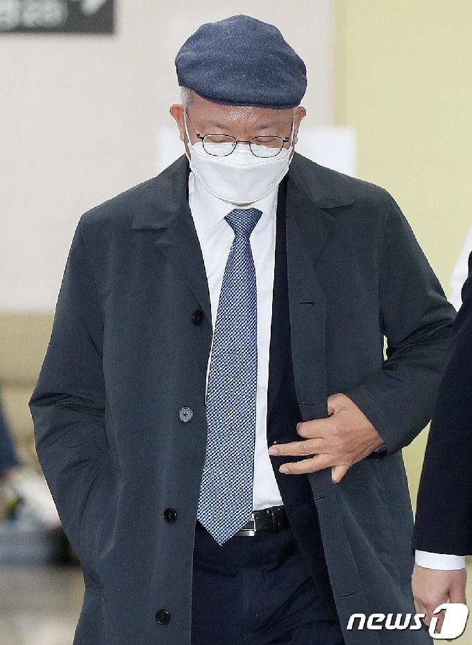 [사진] 재판정 향하는 양승태 전 대법원장