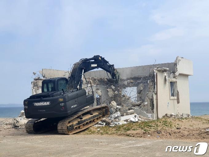 [사진] 해안 시설물 철거하는 육군 50사단