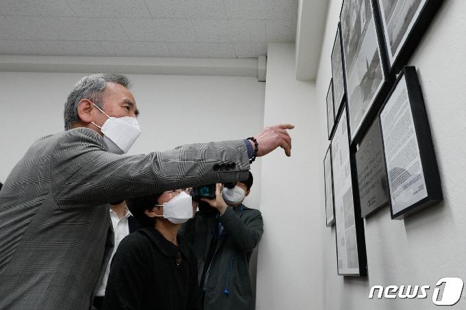 [사진] '학생들을 살리고 간 아들을 기억하며'