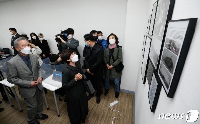 [사진] 세월호 7주기, '남윤철 강의실'에 선 부모님