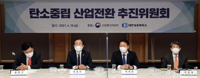 [사진]탄소중립 산업전환 추진위 발언하는 성윤모 장관