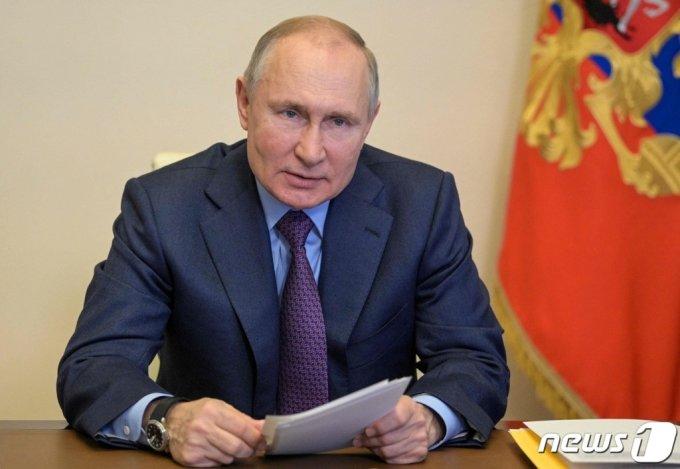 블라디미르 푸틴 러시아 대통령이 15일(현지시간) 모스크바 외곽의 오가르요보 집무실에서 화상 국가 최고회의에 참석을 하고 있다. 2021.04.16. /AFP=뉴스1