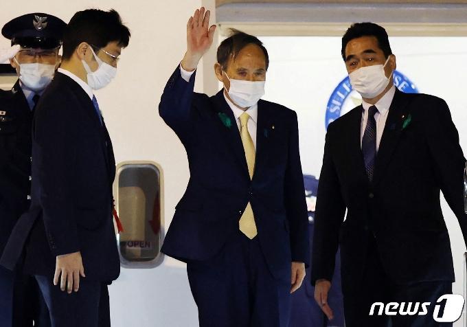 [사진] 바이든과 정상회담 위해 도쿄 출발하는 스가 총리
