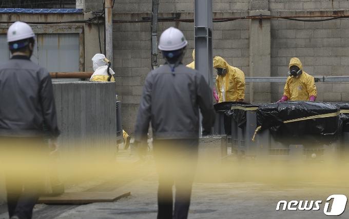 [사진] 효성첨단소재 울산공장서 황산 누출…수거 작업