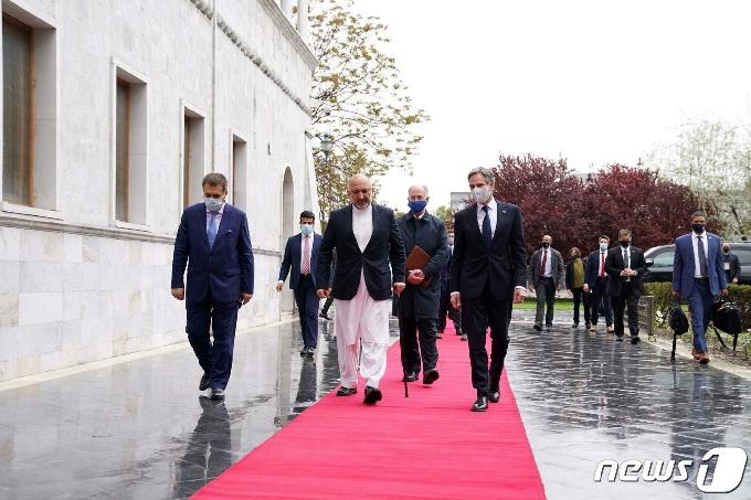 [사진] 회담장 가는 가니 아프간 대통령과 블링컨 美 국무