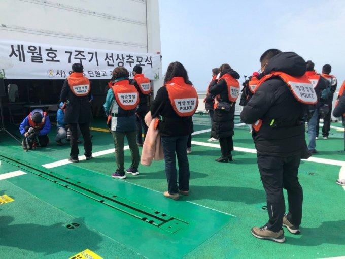 구명조끼를 입고 선상추모식에 참여한 유가족과 시민들 /사진=김지현 기자