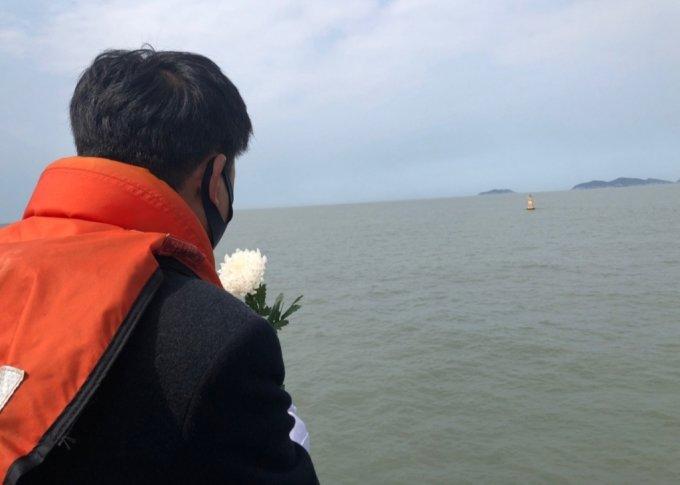 세월호 사고해역에 띄워진 노란 부표를 바라보고 있는 유가족 /사진=김지현 기자