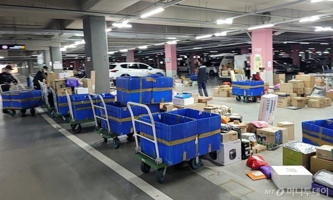 16일 인천 미추홀구 용현동 SK스카이뷰 아파트의 지하주차장에 택배 물품이 쌓여 있다. / 사진 = 오진영 기자