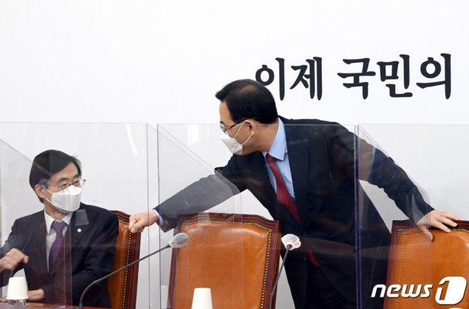 주호영 국민의힘 당대표 권한대행(오른쪽)과 조경태 의원이 지난 14일 오전 서울 여의도 국회에서 열린 당 중진의원 연석회의에서 인사하고 있다. /사진=뉴스1.