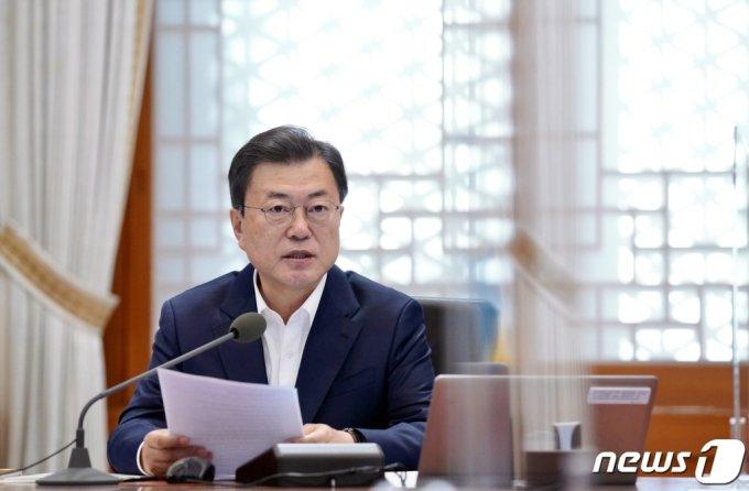 문재인 대통령이 15일 청와대 본관에서 열린 확대경제장관회의에서 발언하고 있다. /사진=뉴스1