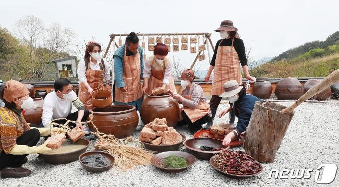 [사진] '즐거운 장 담그기'