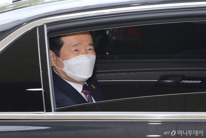[사진]정부서울청사 떠나는 정세균 총리