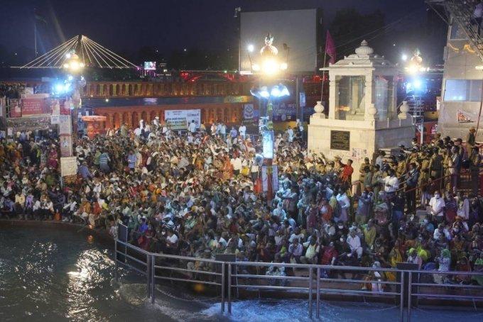 이달 12일(현지시간) 인도 북부 우타라칸드주 하르드와르에서 힌두교 최대의 성지 순례 축제인 '쿰브멜라'(Kumbh Mela)가 열려 마스크를 착용하지 않고 사회적 거리 두기를 무시한 신자들이 갠지스강 주변에 앉아 기도하고 있다./AP=뉴시스