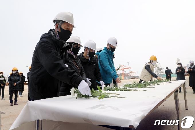 [사진] 세월호 선체 앞에서 진행된 헌화식