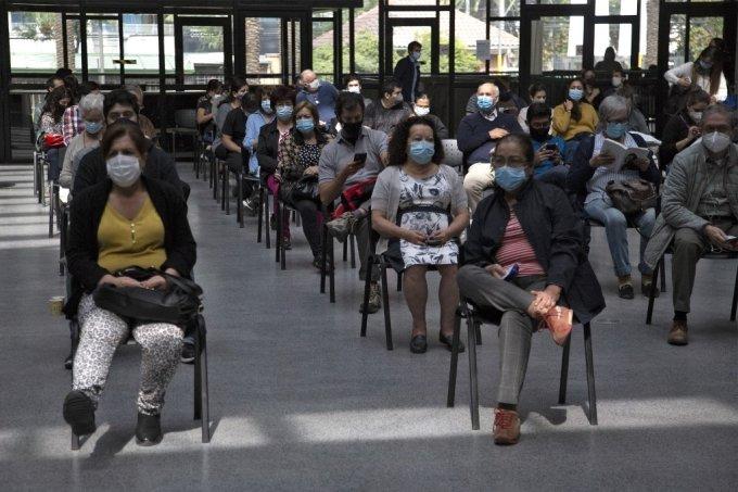 칠레 수도 산티아고의 코로나19 백신 접종센터에서 시민들이 중국산 시노백 백신 접종을 받기 위해 대기하고 있다./사진=AFP