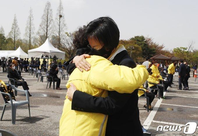 [사진] 세월호 7주기, 유가족 안은 강은미 원내대표