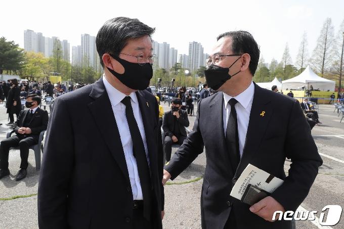 [사진] 세월호 7주기 기억식 참석한 전해철·주호영
