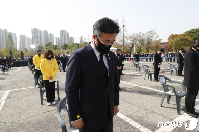 [사진] 묵념하는 윤호중 원내대표