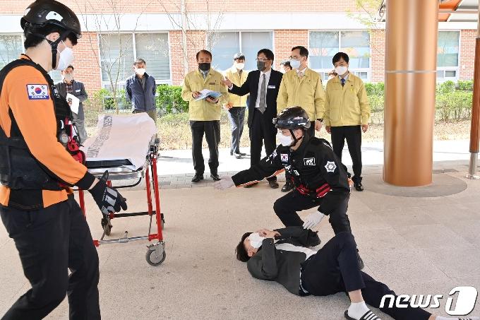 [사진] 교육차관 '기숙사 화재 대피 모의훈련 참관'